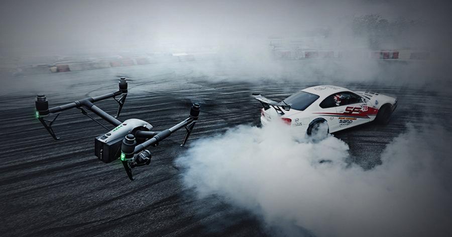 Der Inspire 2 fliegt mit einer Geschwindigkeit von bis zu 108 km/h, geht mit 9 m/s in den Sinkflug und steigt mit 6 m/s auf.