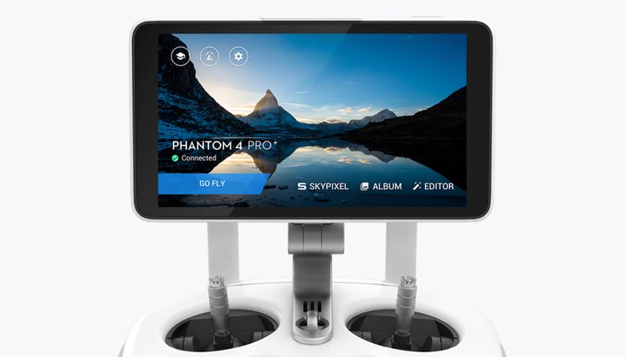 Die Fernbedienung kommt mit einigen Features daher: So sind GPS, ein Kompass, ein Micro SD Kartenslot und ein HDMI Anschluss mit an Bord.